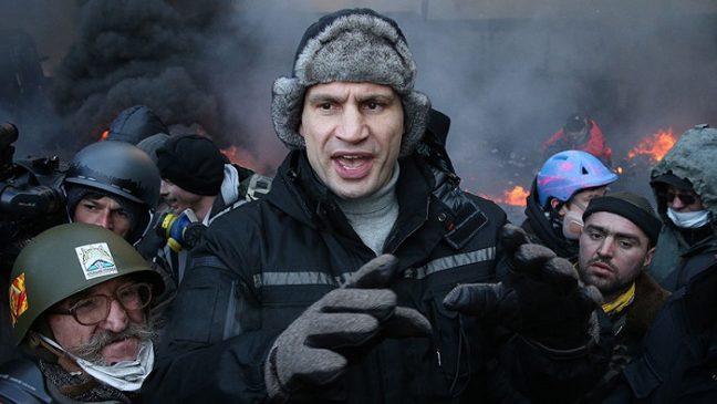 Виталий Кличко во время Революции Достоинства на улице Грушевского в Киеве, 2014 год