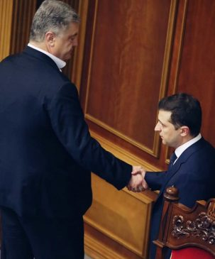 Петр Порошенко и Владимир Зеленский жмут руки