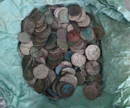 курьер вез в Европу более 200 серебряных и золотых монет и украшений времен кельтской и римской культур